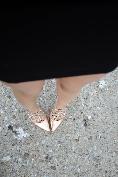 Foto profissional grátis de fêmea, modelo, pernas, saia