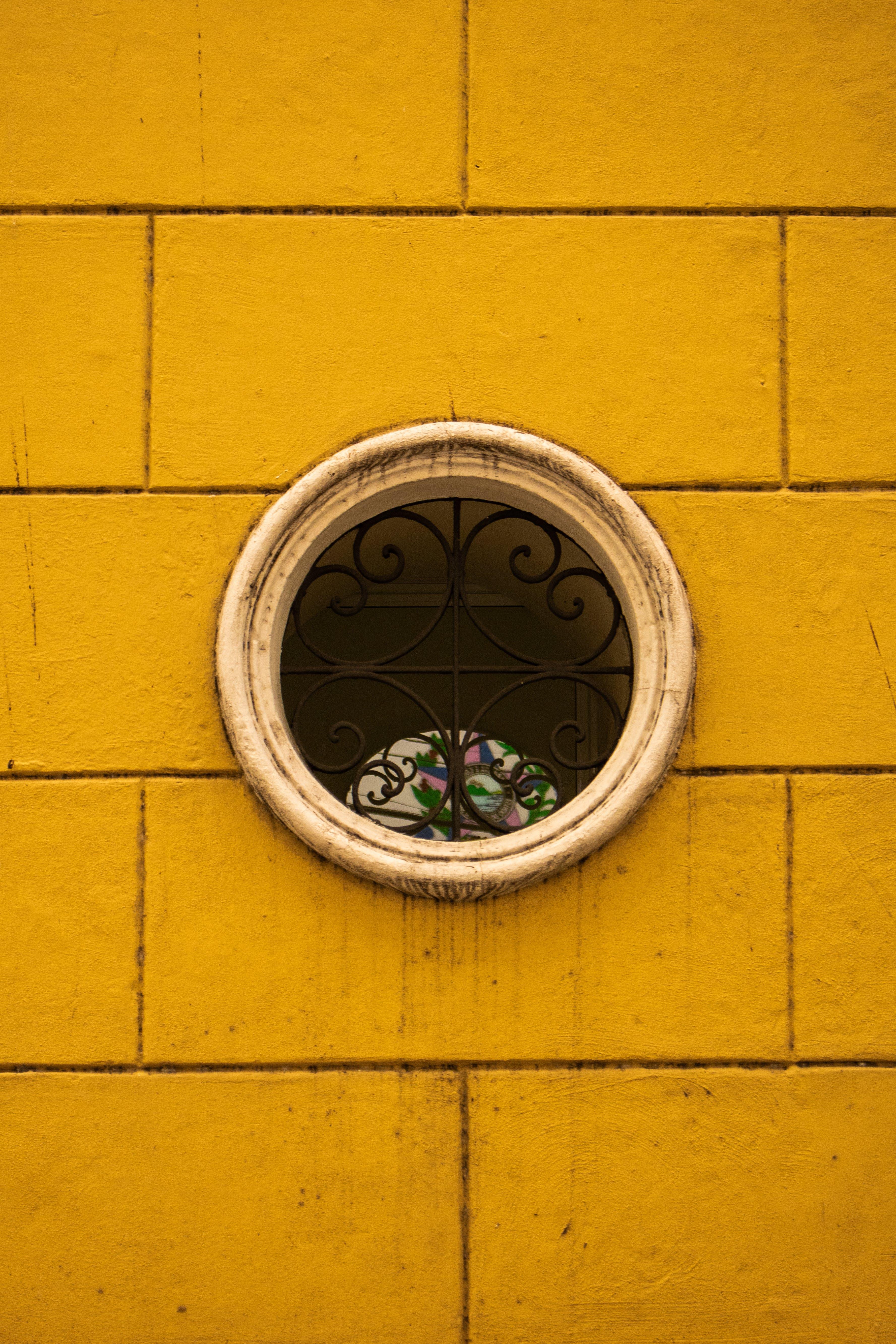 灰色混凝土, 牆壁, 窗, 黃色 的 免费素材照片