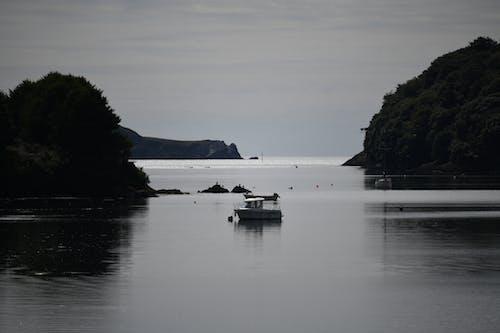 Fotobanka sbezplatnými fotkami na tému člny, pokojné more, súmrak