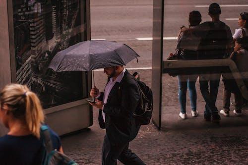 Photos gratuites de homme, parapluie