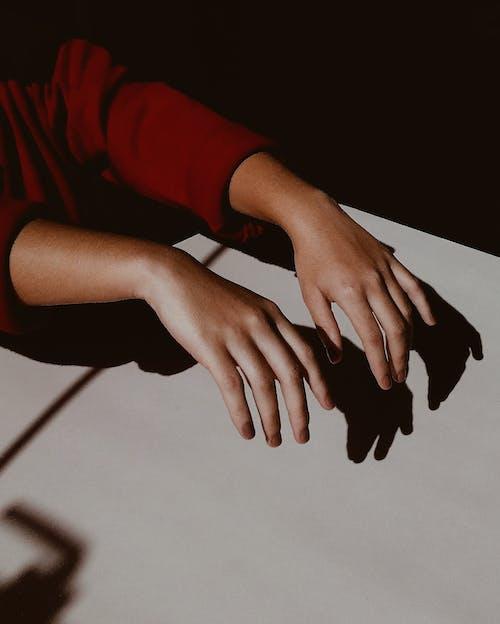 Foto profissional grátis de mãos, pessoa, sombra
