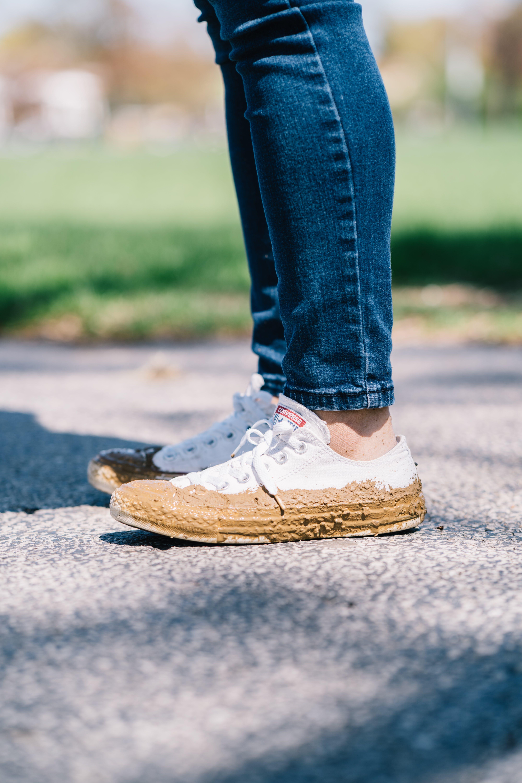 데님 팬츠, 스니커즈, 신발, 진흙투성이인의 무료 스톡 사진