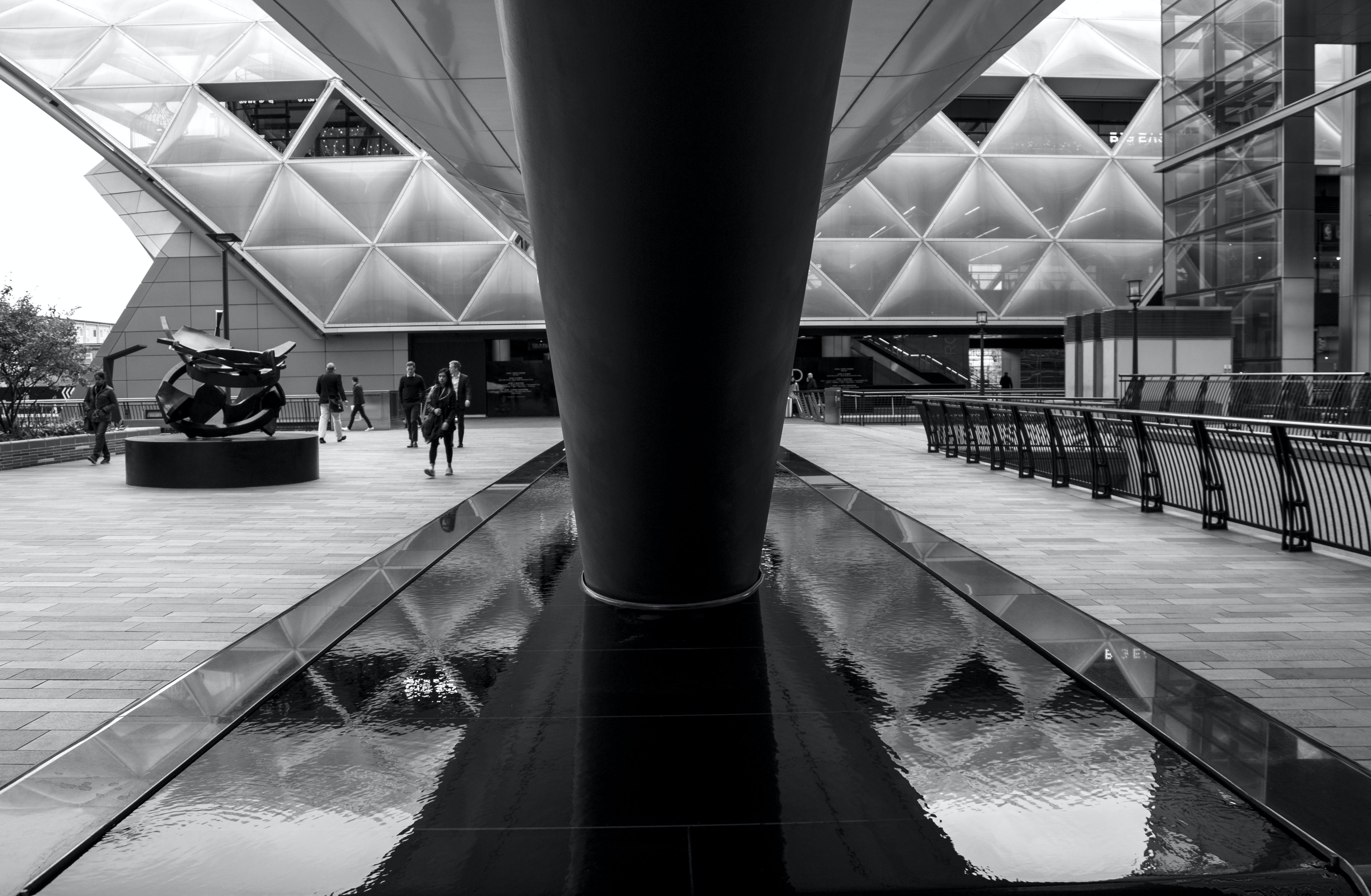 Kostenloses Stock Foto zu architektur, menschen, schwarz und weiß, wasser