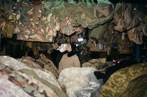 Základová fotografie zdarma na téma armádní uniformy, dívání, kamufláž, nosit