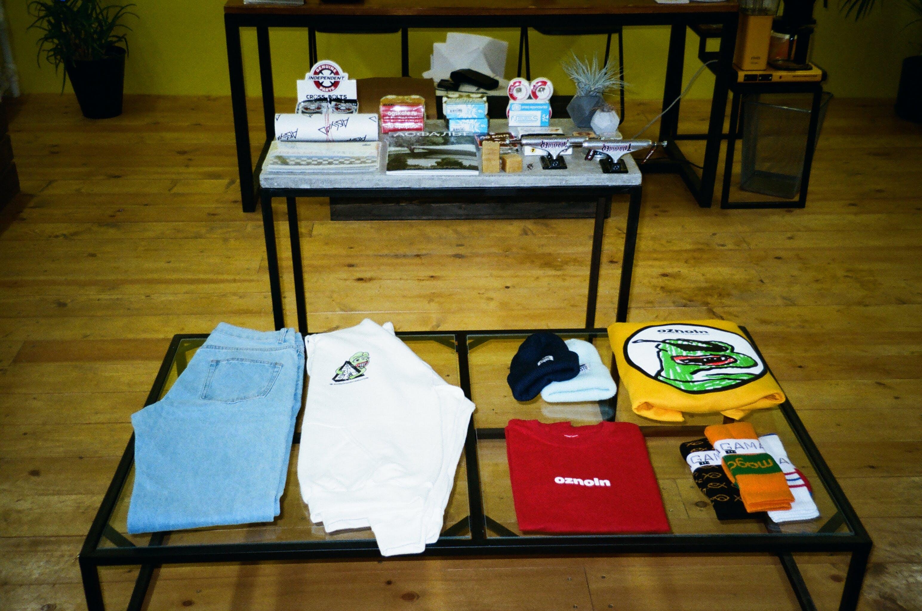 Gratis lagerfoto af beanie, bord, bukser, design