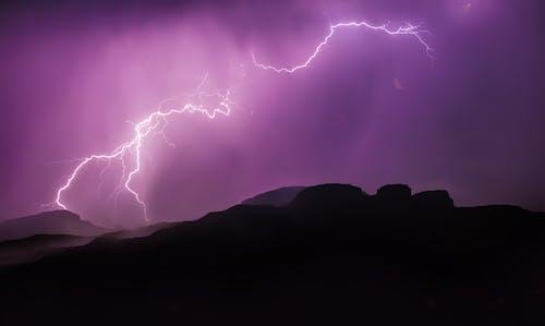 Fotobanka sbezplatnými fotkami na tému blesk, hory, podsvietenie, polnoc