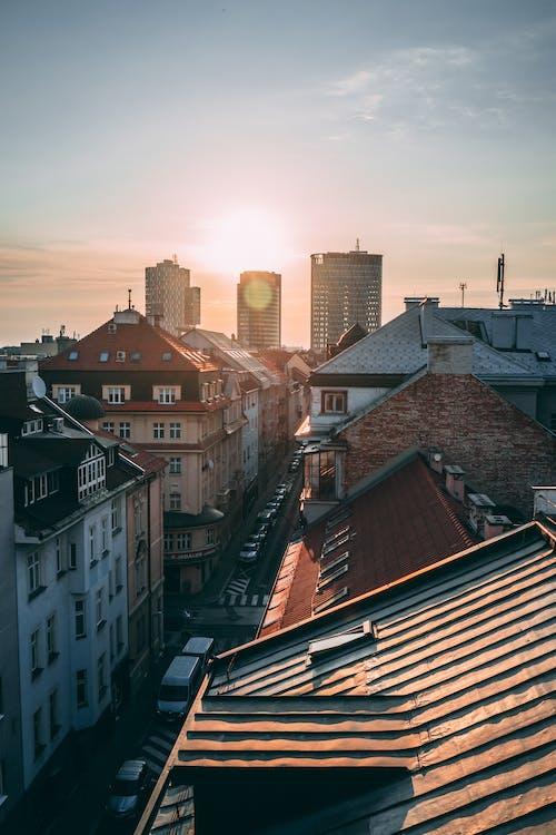 Gratis stockfoto met architectuur, binnenstad, dak, gebouwen