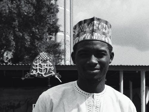 Foto d'estoc gratuïta de africà, barret de kufi, blanc i negre, dempeus