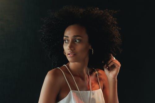 Afro, aşındırmak, bakmak, cazibe içeren Ücretsiz stok fotoğraf