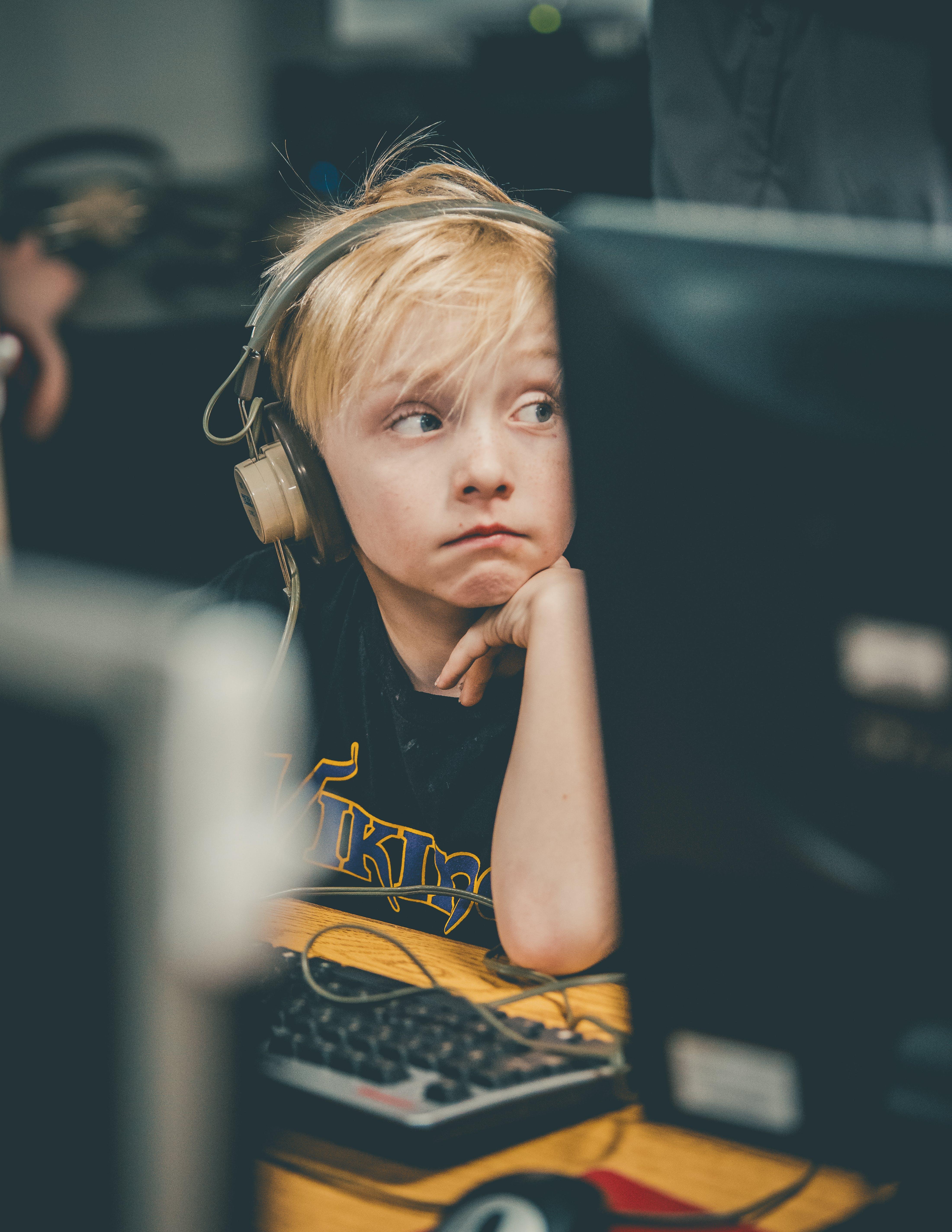 Kostenloses Stock Foto zu blond, computer, fokus, grundschule