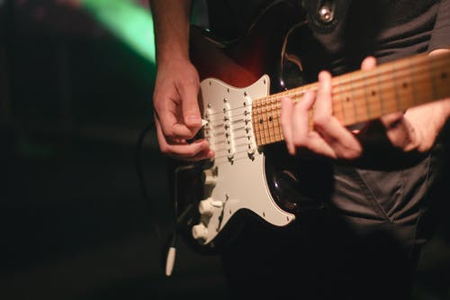 Ilmainen kuvapankkikuva tunnisteilla kitaristi, musiikkitarvikkeet, musikaalinen, sähkökitara