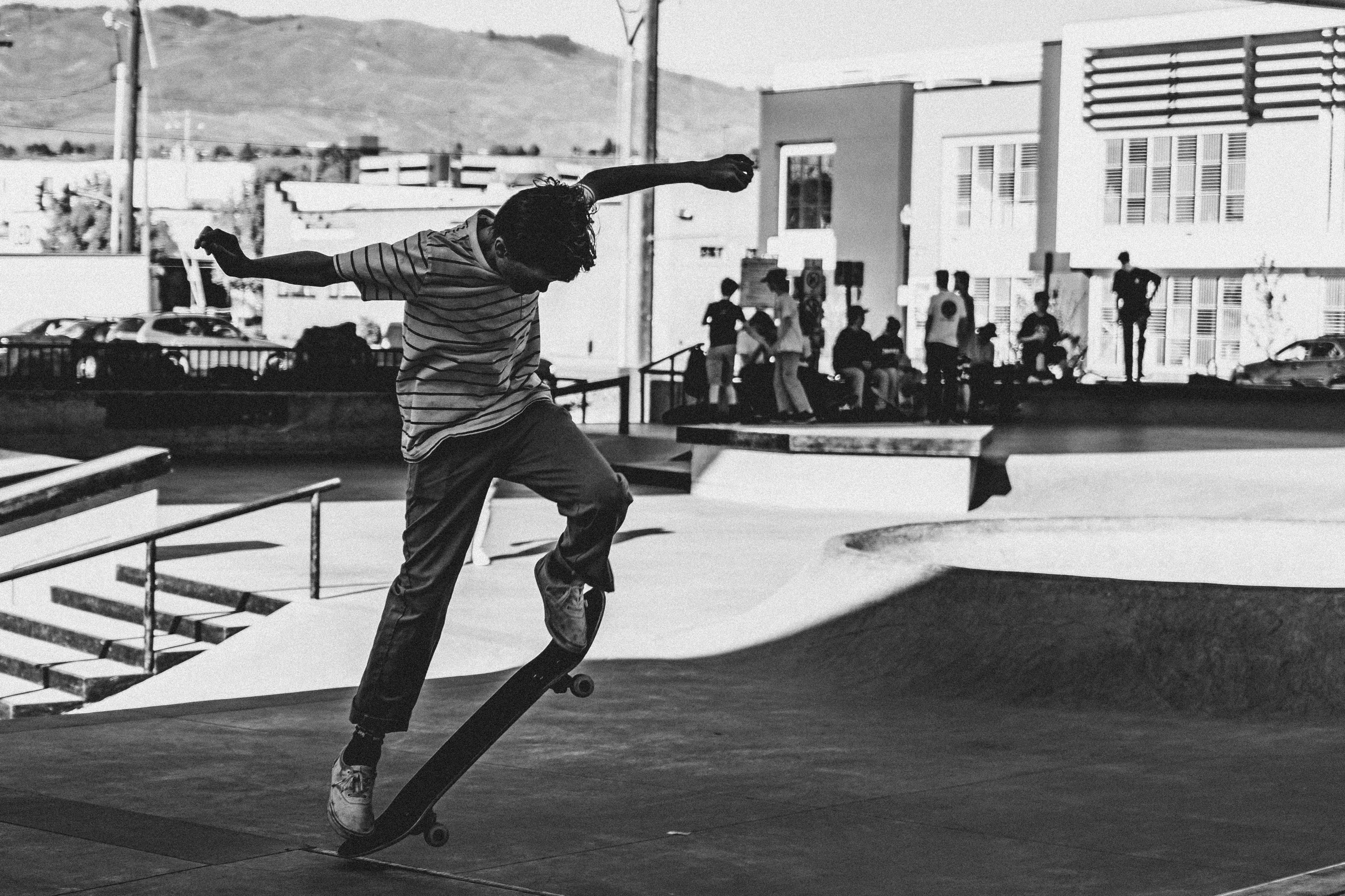 Immagine gratuita di abilità, bianco e nero, diversi, fare skateboard