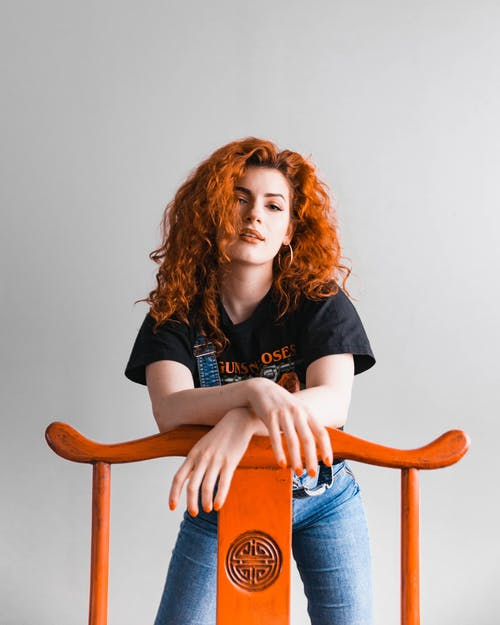 Foto d'estoc gratuïta de bonic, buscant, cabells pèl-roigs, cadira de fusta