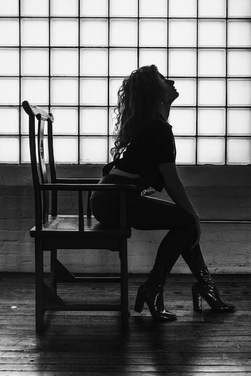 Foto d'estoc gratuïta de assegut, blanc i negre, cadira de fusta, de perfil