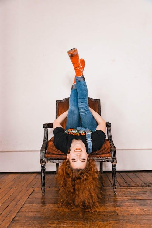 Foto d'estoc gratuïta de buscant, cabells pèl-roigs, cadira de fusta, cap per avall