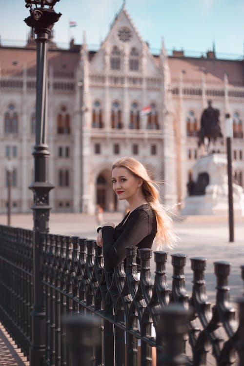 人, 围栏, 城市, 女人 的 免费素材照片