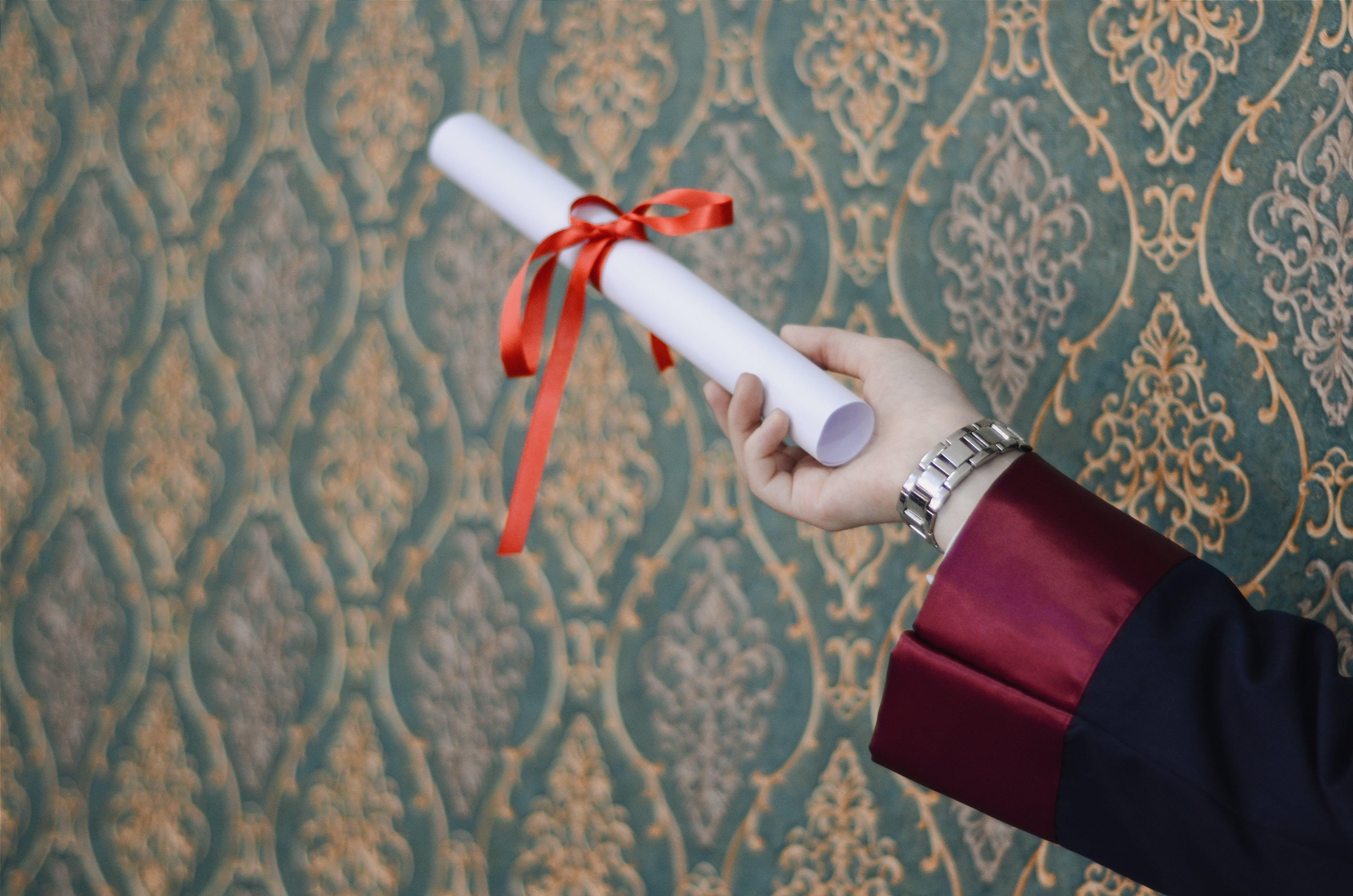 Základová fotografie zdarma na téma diplom, držení, papír, promoce