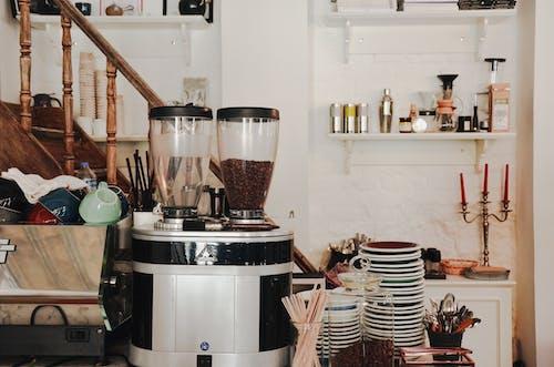 Kostnadsfri bild av kafé, kaffekvarn, plattor