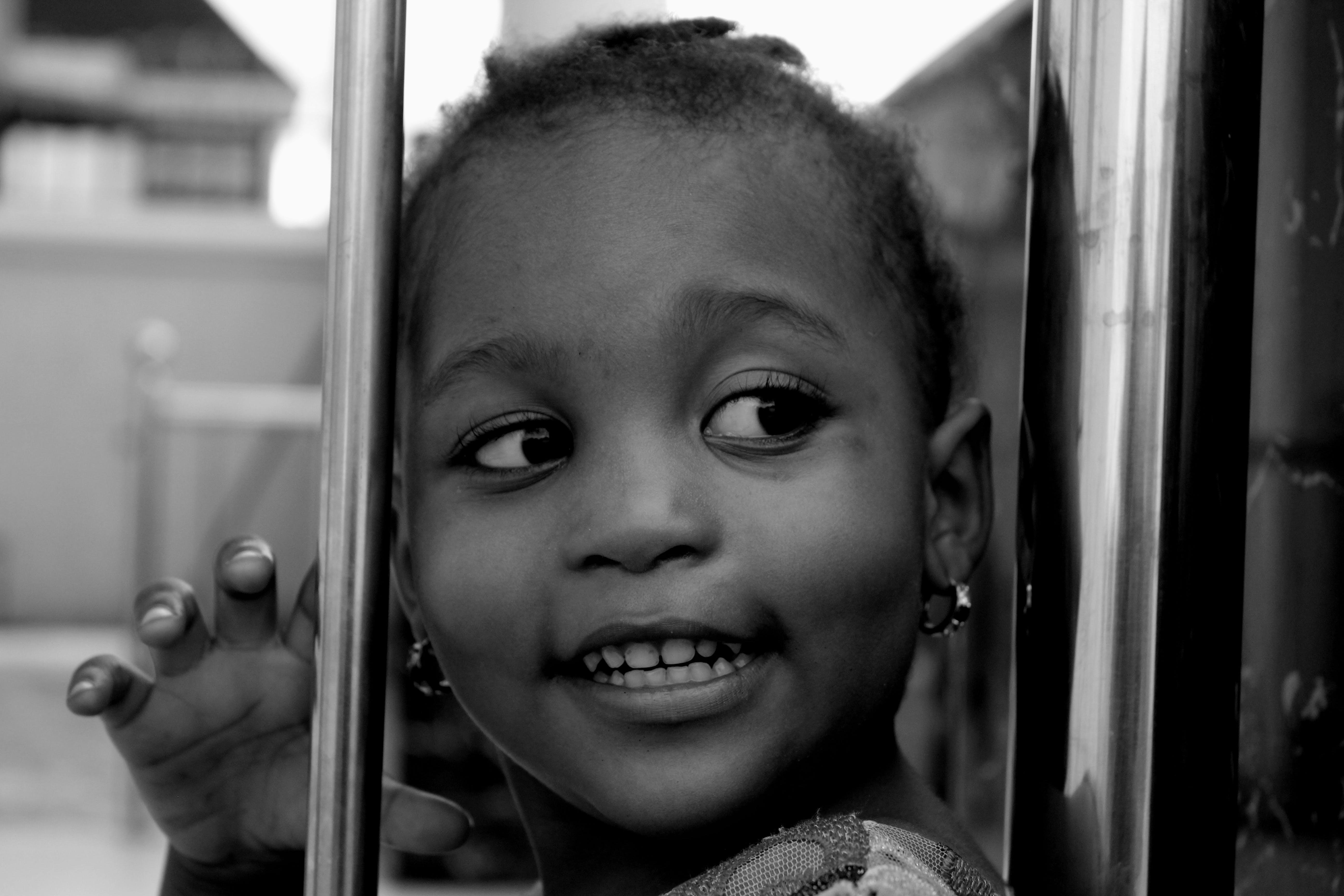 Základová fotografie zdarma na téma batole, černobílý, dítě, holka