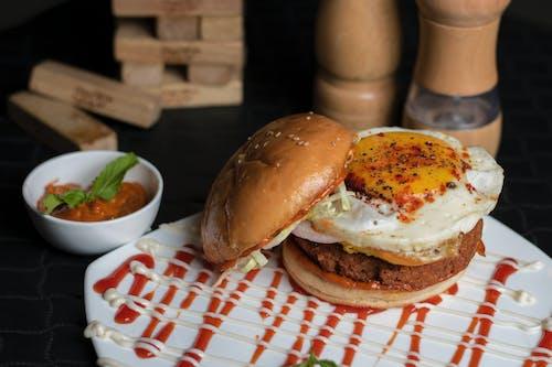 Gratis stockfoto met avondeten, bord, burger, diner
