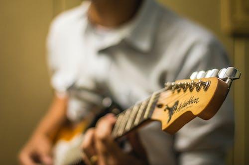 Бесплатное стоковое фото с гитара, гитарист, глубина резкости, мужчина
