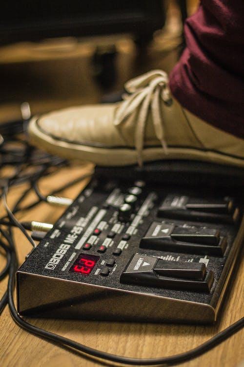 Ilmainen kuvapankkikuva tunnisteilla jalat, musiikkitarvikkeet, poljin, sävellys