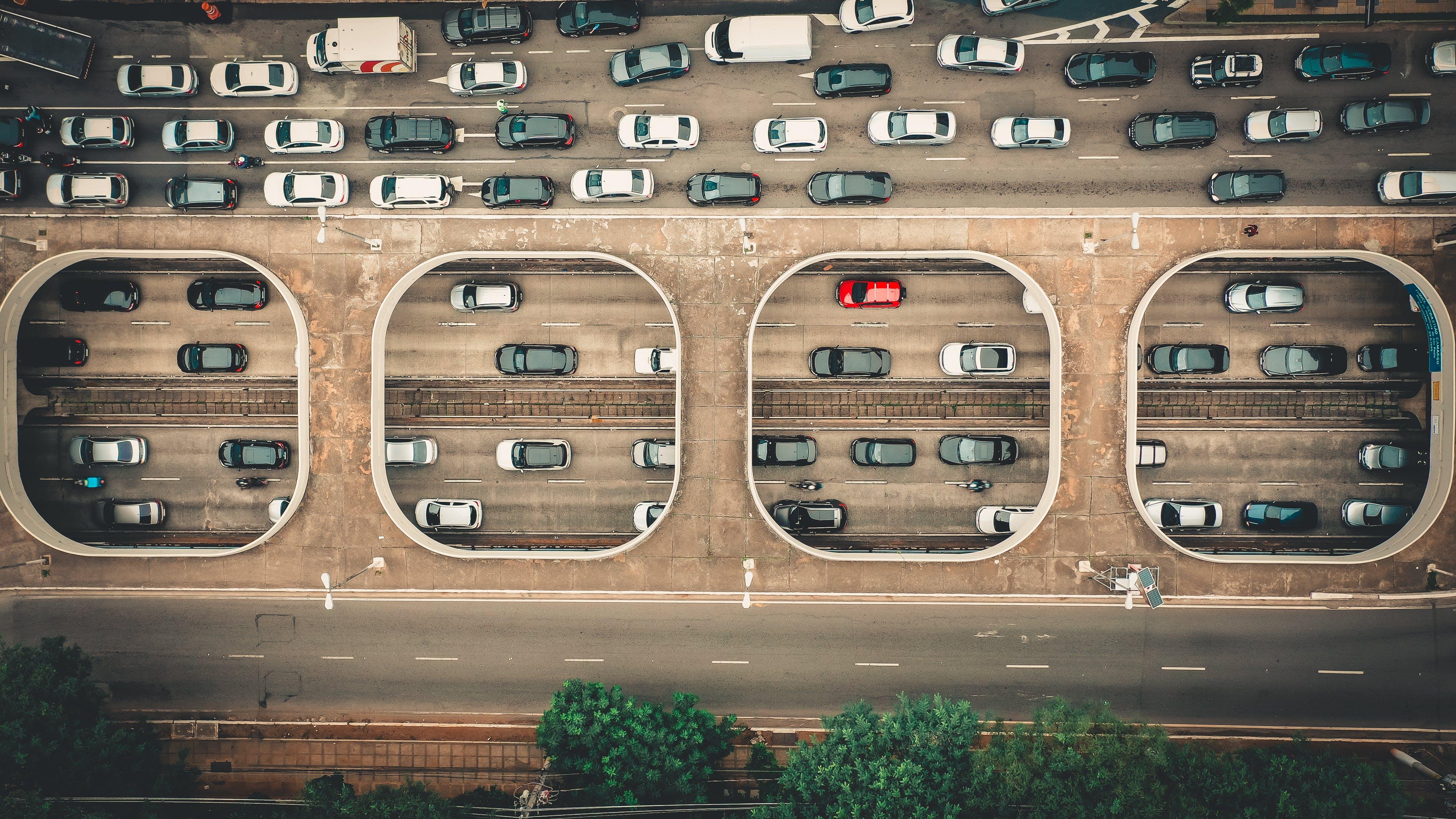 Foto d'estoc gratuïta de a l'aire lliure, automòbils, autopista, carrils