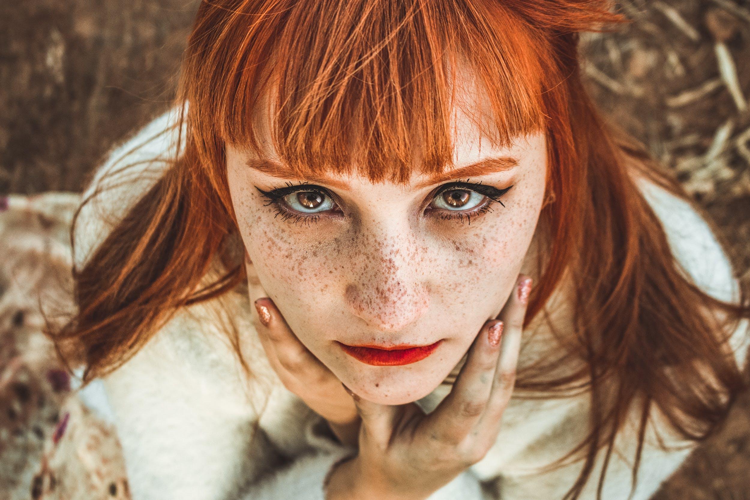 Бесплатное стоковое фото с веснушки, выражение лица, глаза, женщина