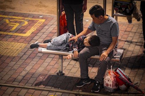 Бесплатное стоковое фото с гонконг, ребенок, родитель, спать