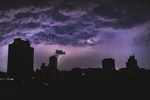 Бесплатное стоковое фото с архитектура, башня, буря, вечер