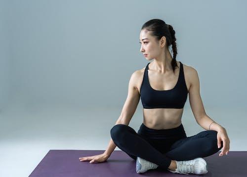 Photos gratuites de être assis, faire de l'exercice, femme, fitness