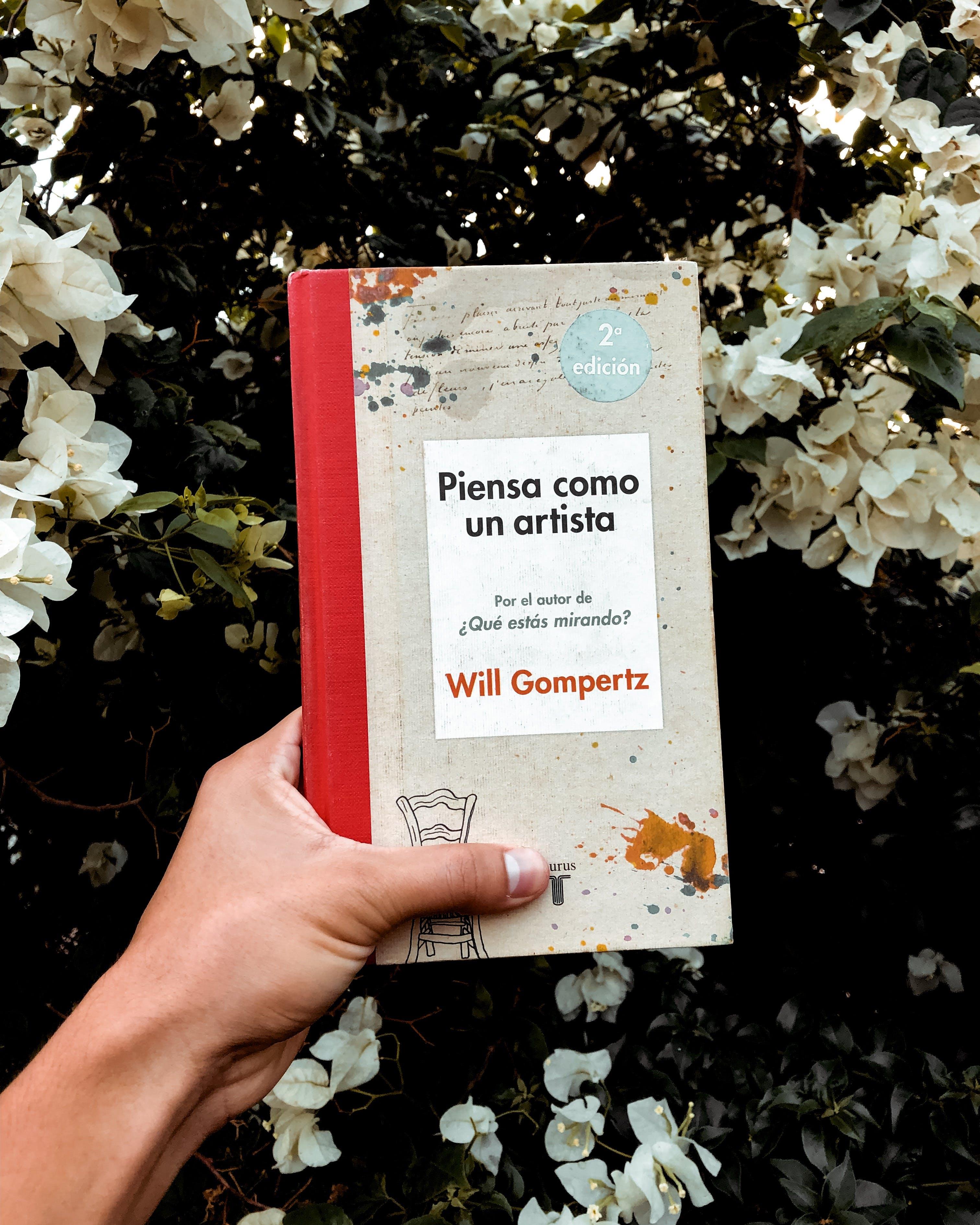 Základová fotografie zdarma na téma držení, kniha, květiny