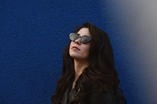 Kostnadsfri bild av blå vägg, brunett, fotografering, Framställ