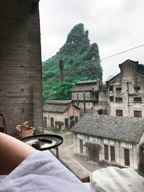 Δωρεάν στοκ φωτογραφιών με άνθρωπος, αρχιτεκτονική, βουνό, δέντρο