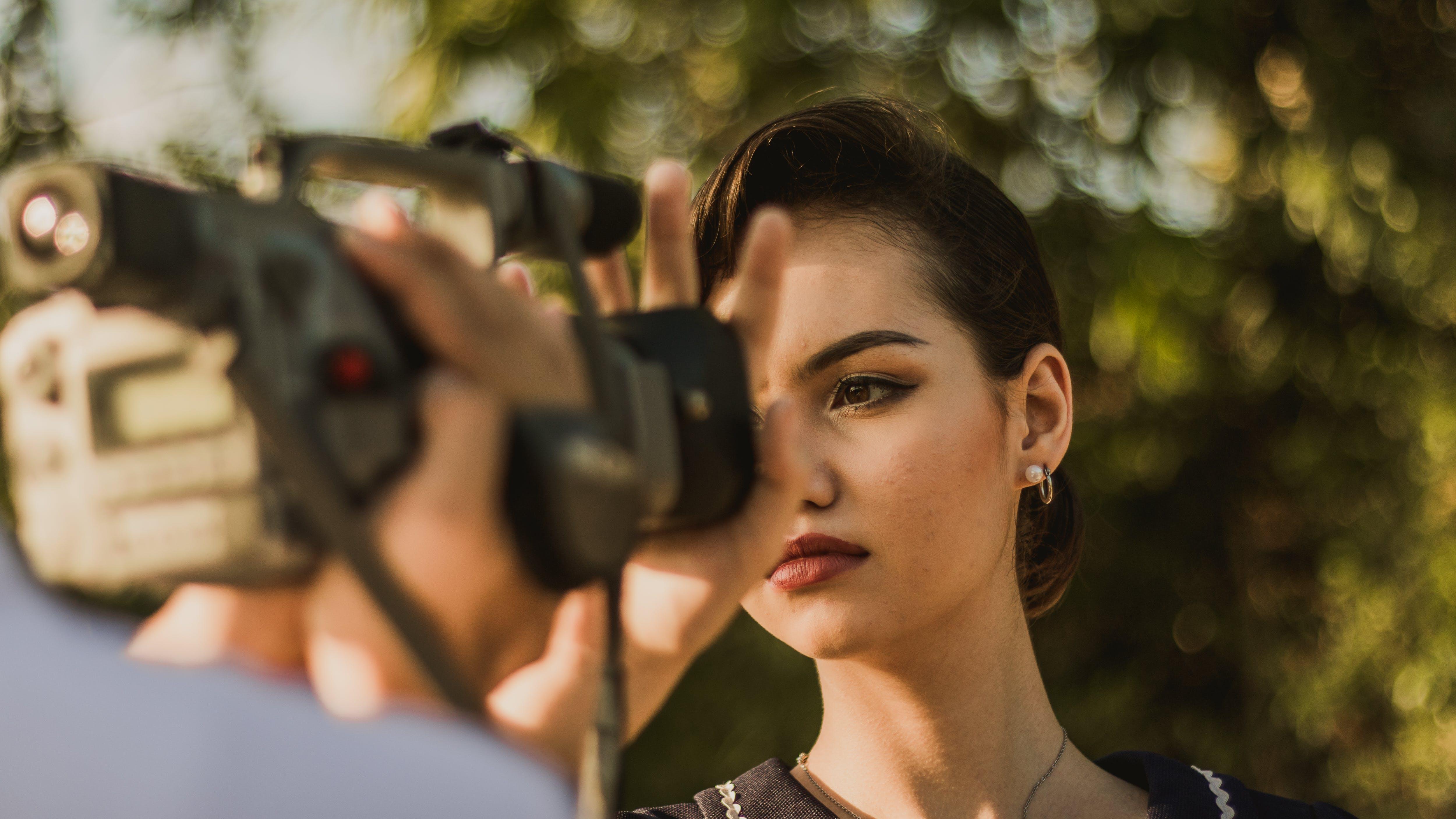 Základová fotografie zdarma na téma dáma, dívání, focení, hezký