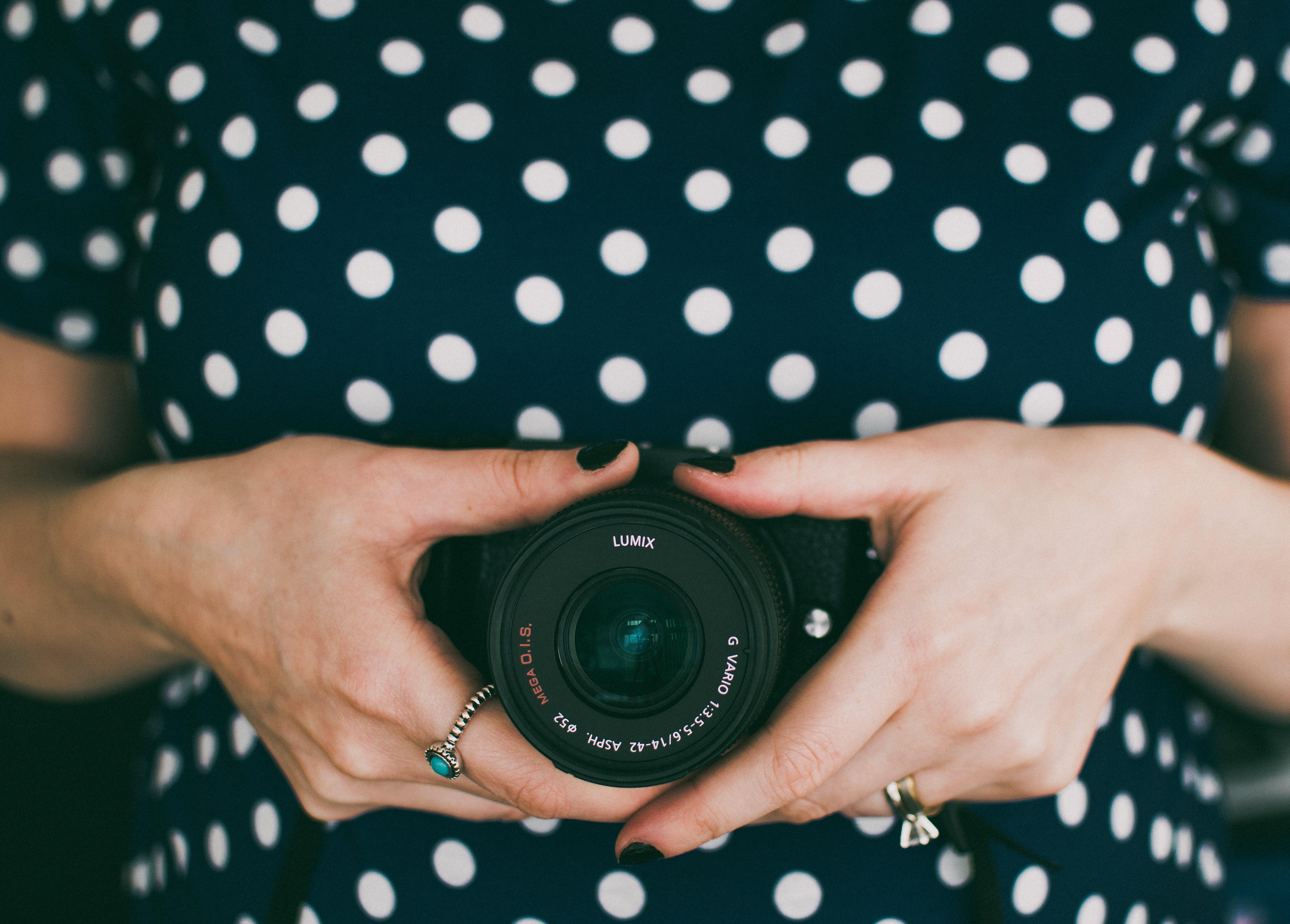 Immagine gratuita di fotocamera, mani, tenendo