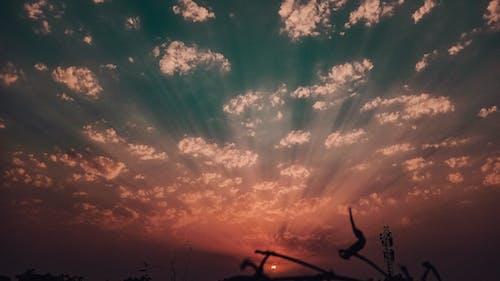 一縷陽光, 多雲的, 多雲的天空, 太陽 的 免费素材照片
