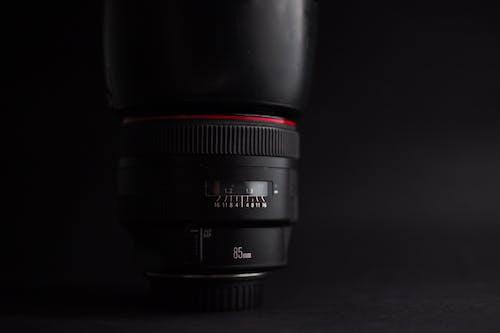 85mm, canon, ekipman, kamera lensi içeren Ücretsiz stok fotoğraf