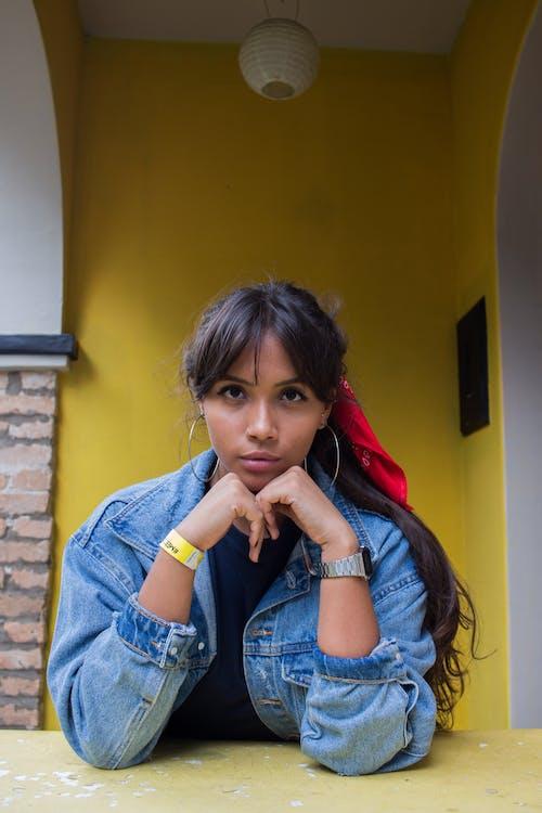 Gratis stockfoto met aantrekkelijk mooi, Afro-Amerikaanse vrouw, bruin haar, denim jacket