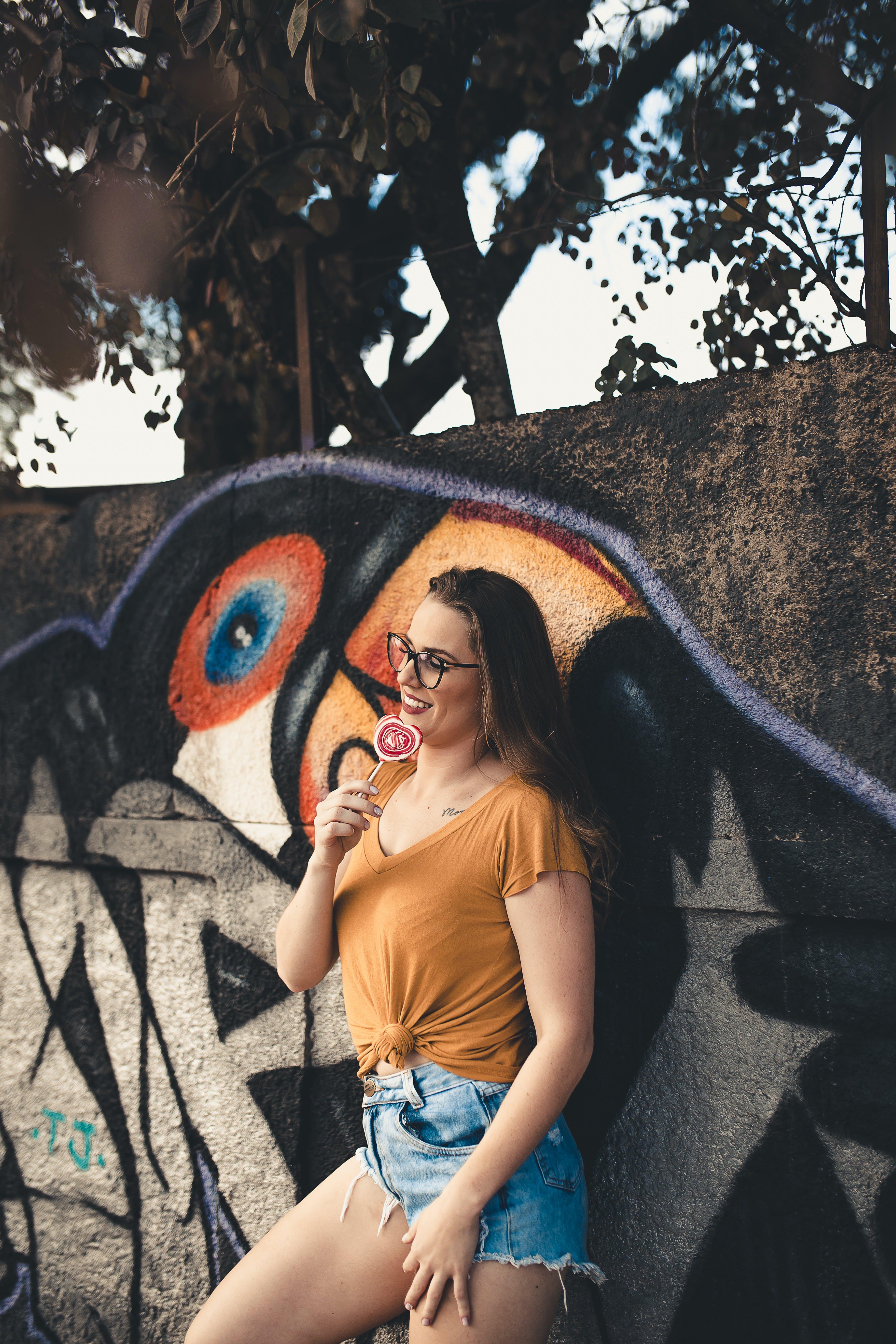 Základová fotografie zdarma na téma atraktivní, brunetka, brýle, cukroví
