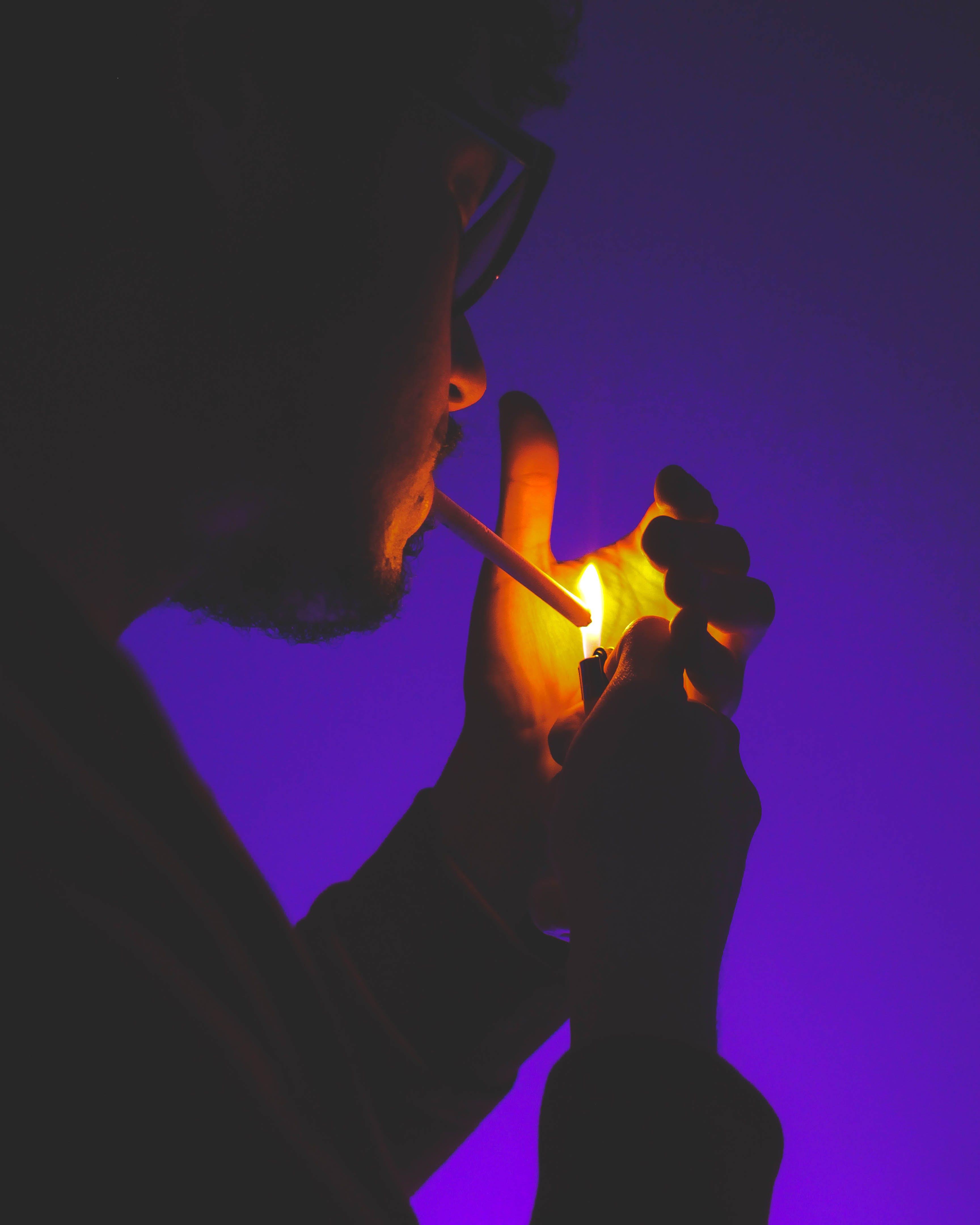 Gratis lagerfoto af lighter, mænd rygning, mørke lilla, rygning