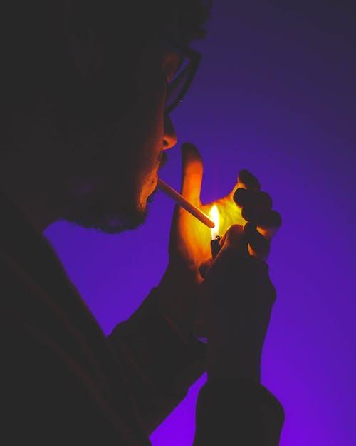Kostenloses Stock Foto zu dunkellila, feuerzeug, männer rauchen, rauchen
