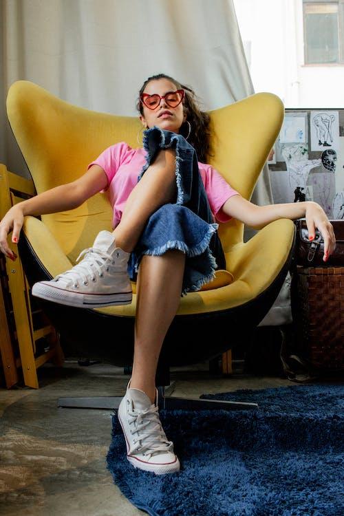 Foto d'estoc gratuïta de assegut, buscant, cadira, calçat esportiu