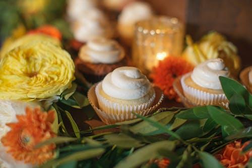 Immagine gratuita di arredamento, candela, cupcake, decorazioni