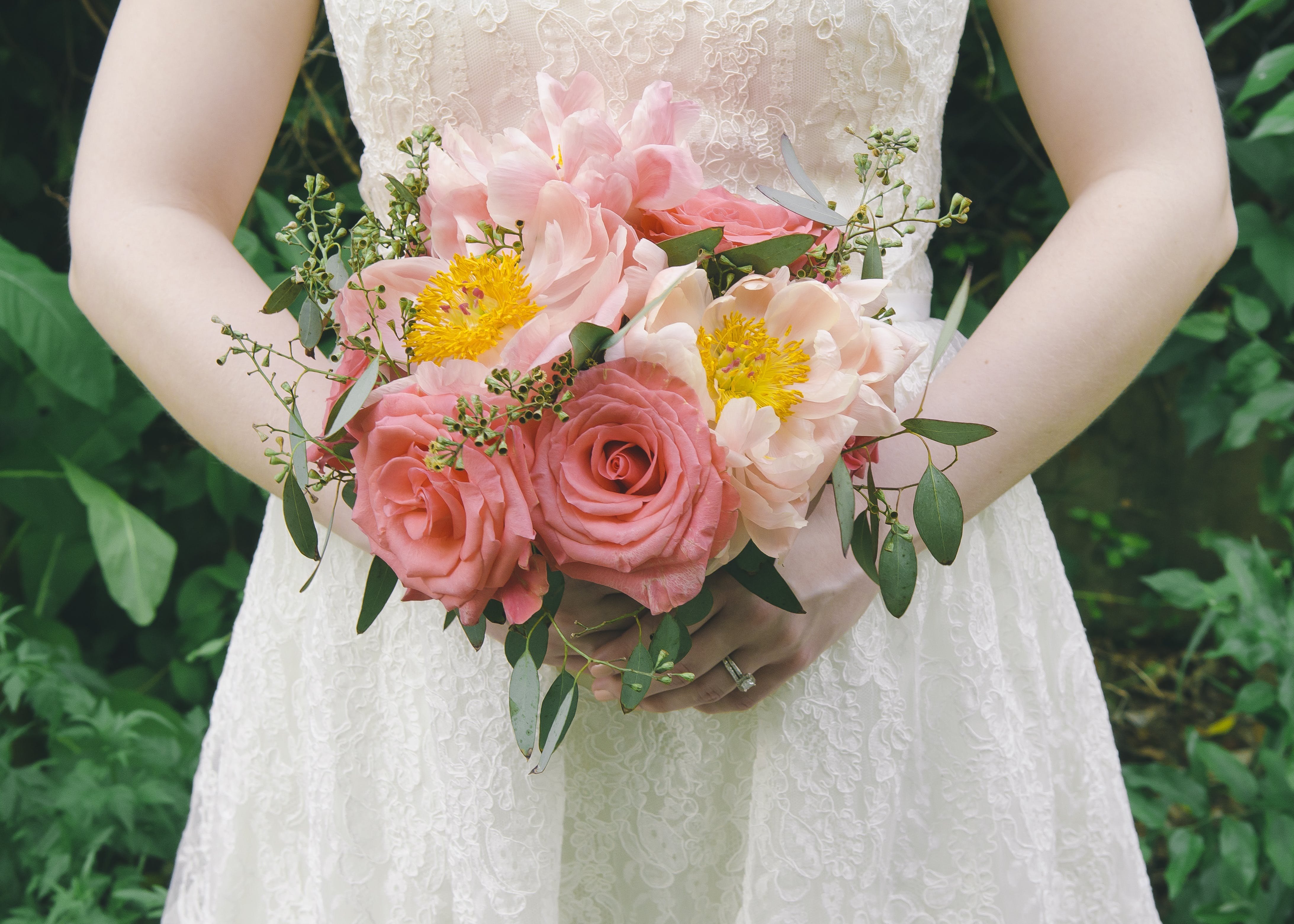 Základová fotografie zdarma na téma bílé šaty, držení, flóra, jemný