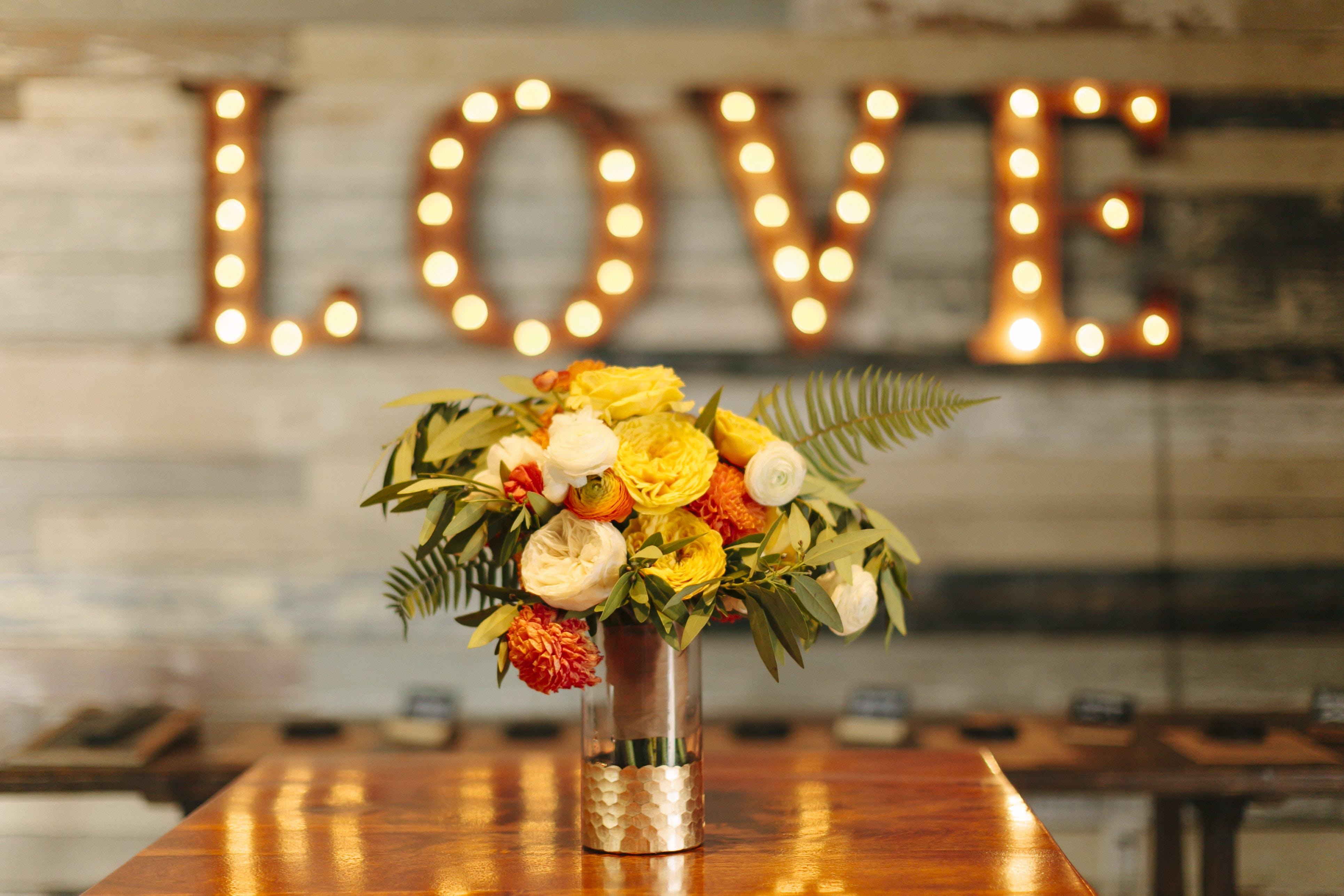 Gratis lagerfoto af blomster, bord, dekoration, indretning