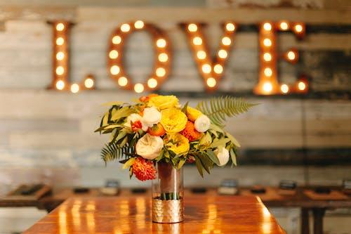 Immagine gratuita di arredamento, decorazione, fiori, tavolo