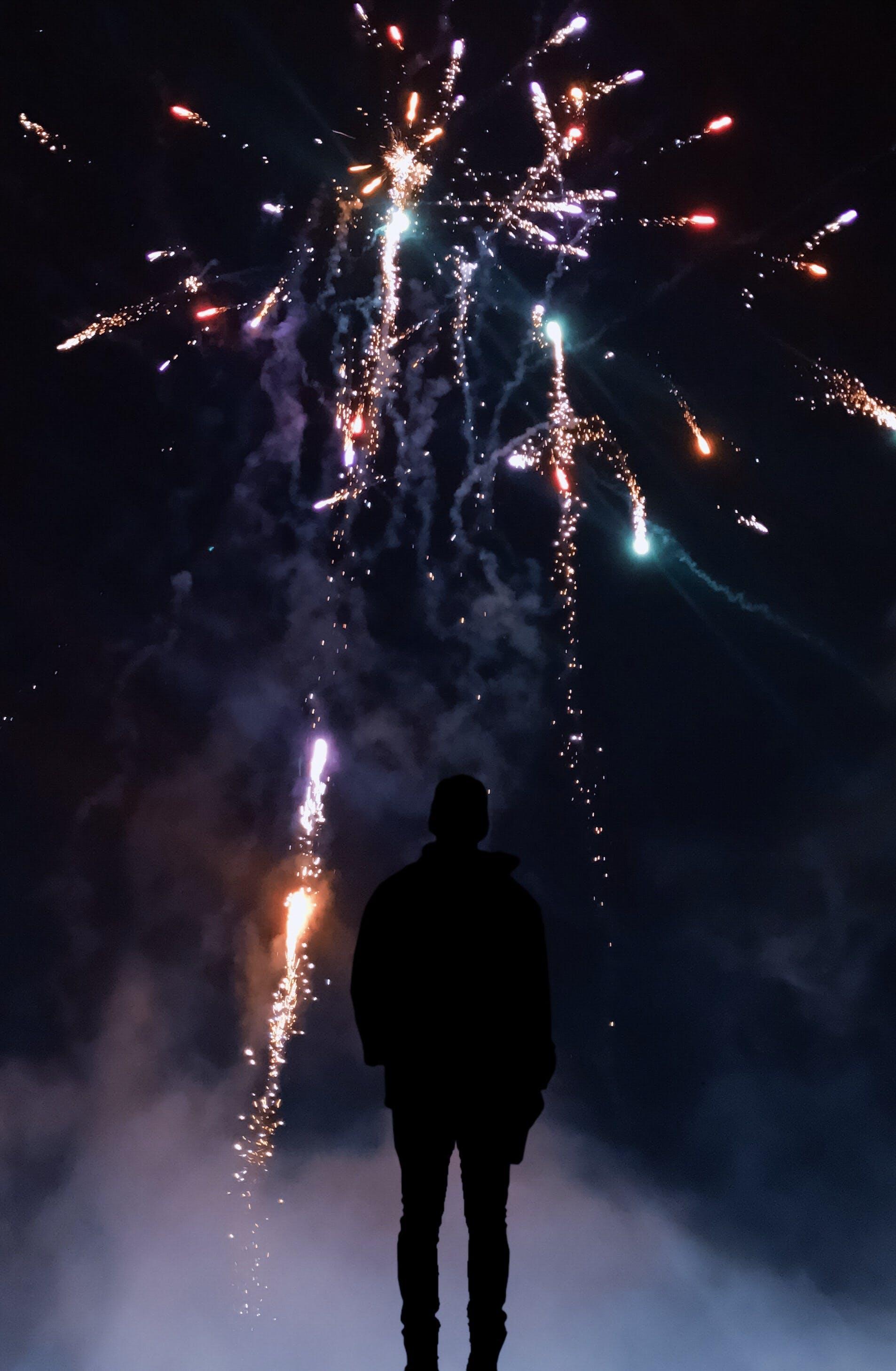 Kostenloses Stock Foto zu dunkel, dunkler himmel, farbiger rauch, feier