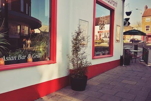Darmowe zdjęcie z galerii z jedzenie, jedzenie na mieście, odbicie, okno