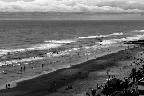Gratis arkivbilde med mennesker, sand, sjø, skyer